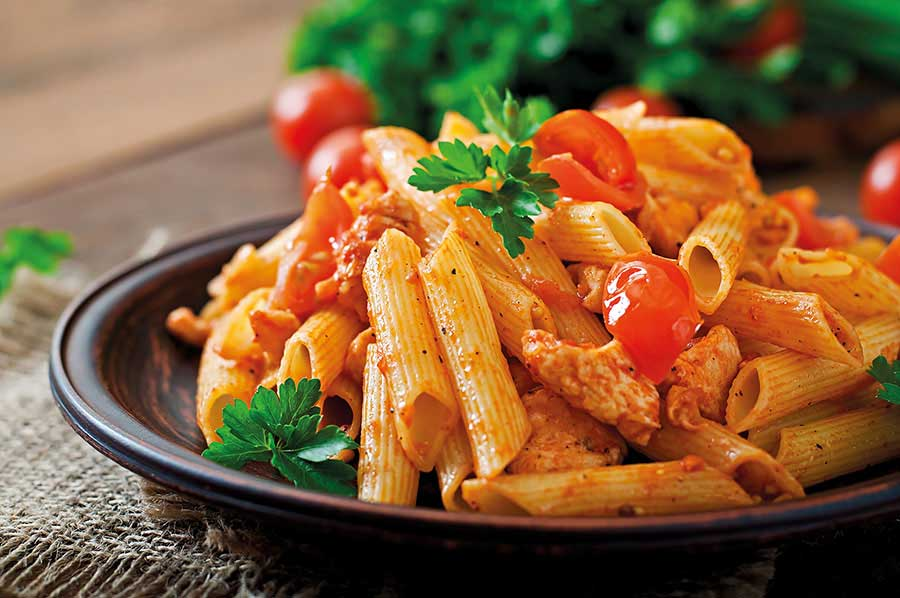 Πένες με κοτόπουλο, πιπεριές, ντοματίνια και κρέμα μουστάρδας