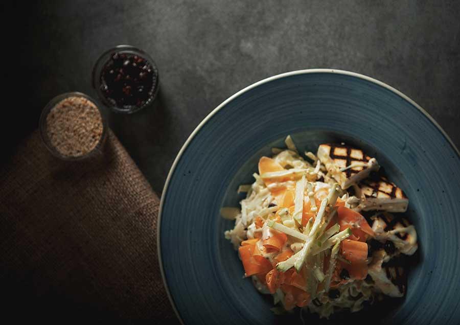 Σαλάτα με πάστα ελιάς, μανούρι και καρύδια